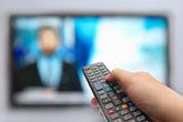 Un usuario cambia de canal en una televisión.