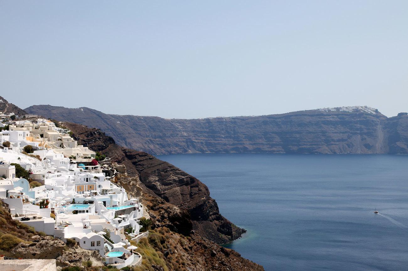 Una singular arquitectura, playas de arena negra, casas blancas,...