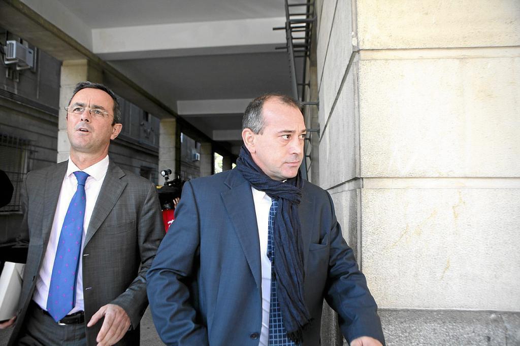 El ex futbolista 'Pizo' Gómez (derecha) sale de los juzgados de Sevilla