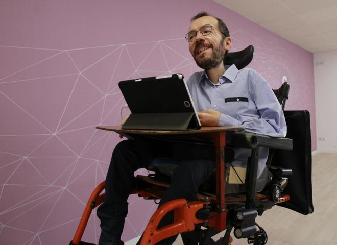 Pablo Echenique, ayer, a su llegada a la sede de Podemos para ofrecer...
