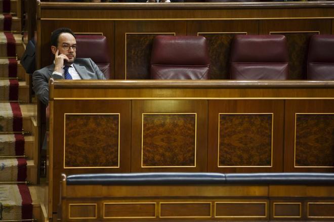 El dimitido Antonio Hernando, en el escaño del portavoz del PSOE en el Congreso para el que Sánchez busca ocupante.