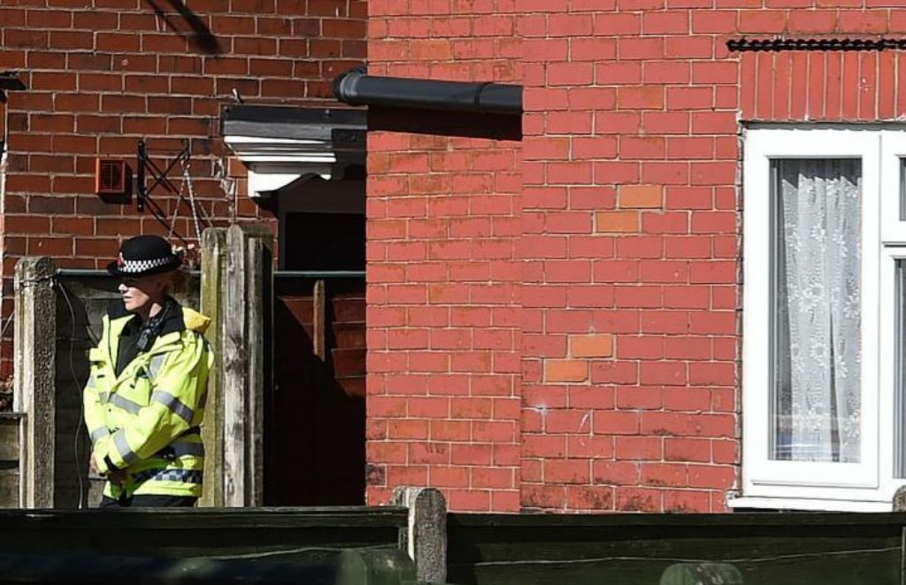 La policía británica registra una vivienda en Fallowfield, Manchester.