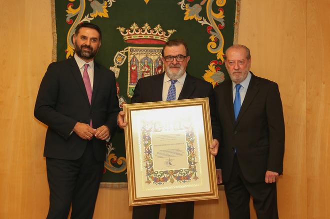 Rodríguez de la Borbolla recibe el titulo de Hijo Predilecto de manos del consejero de Turismo y el presidente de la Diputación de Sevilla.