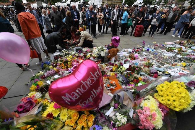 Globos y flores en Albert Square (Manchester) para recordar a las víctimas del atentado.