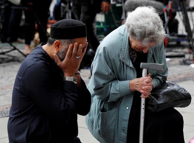 Renee Rachel Black, judía, y  Sadiq Patel, musulmán,  visiblemente destrozas en el homenaje a las víctimas de Manchester.