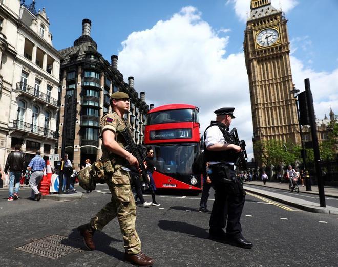 Un soldado y un policía con el Big Ben al fondo, en pleno centro de Londres, ayer.