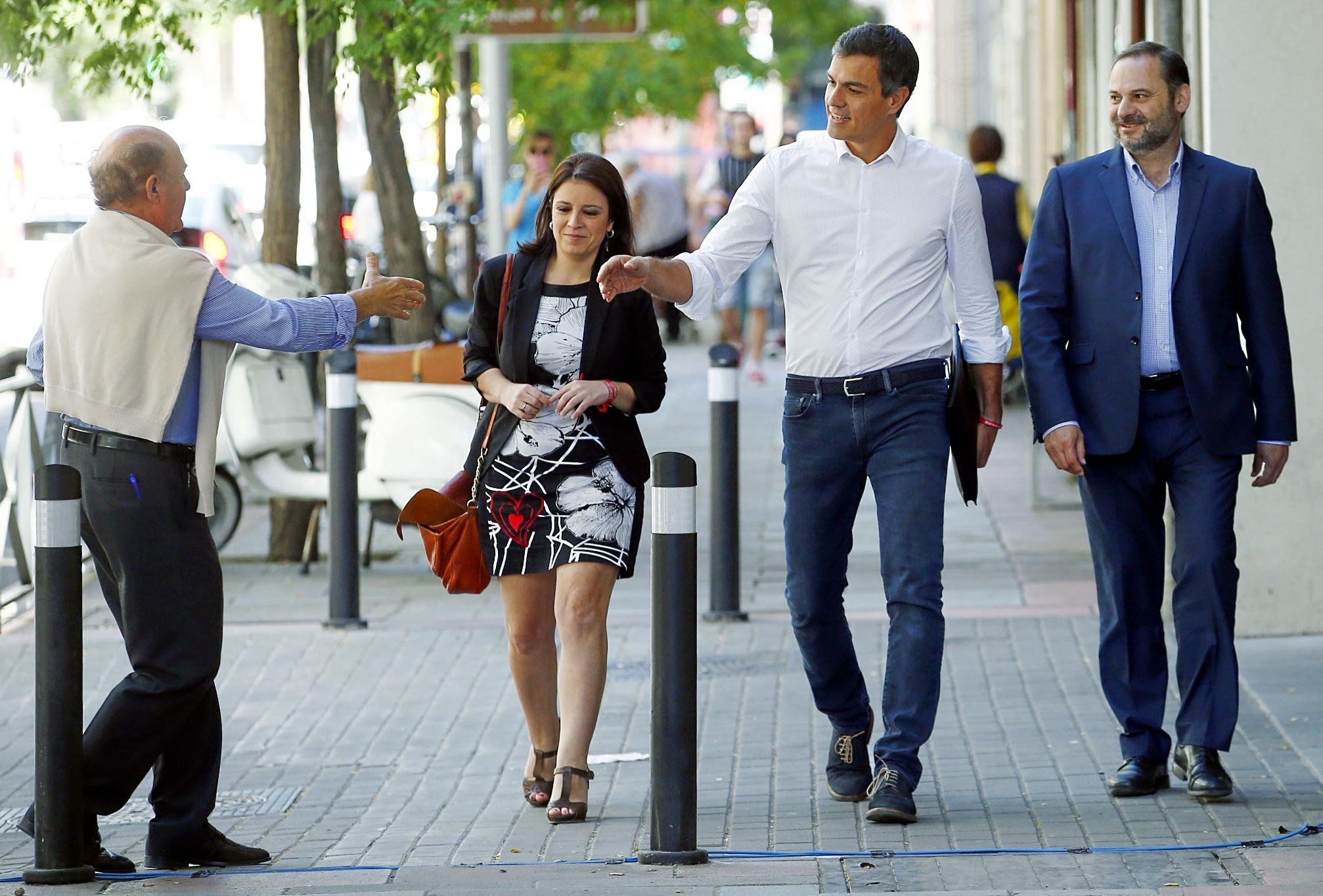 Pedro Sánchez, a su llegada ayer a la sede de Ferraz junto a Adriana Lastra y José Luis Ábalos.