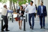 Pedro Sánchez, a su llegada ayer a la sede de Ferraz junto a Adriana...
