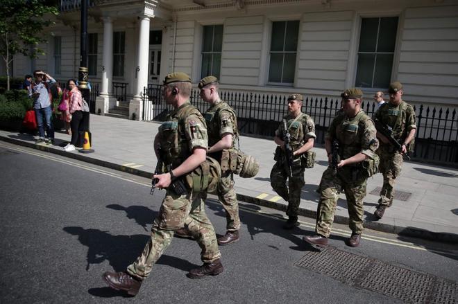 Soldados británicos en Londres tras el despliegue de seguridad puesto en marcha tras el atentado de Manchester.