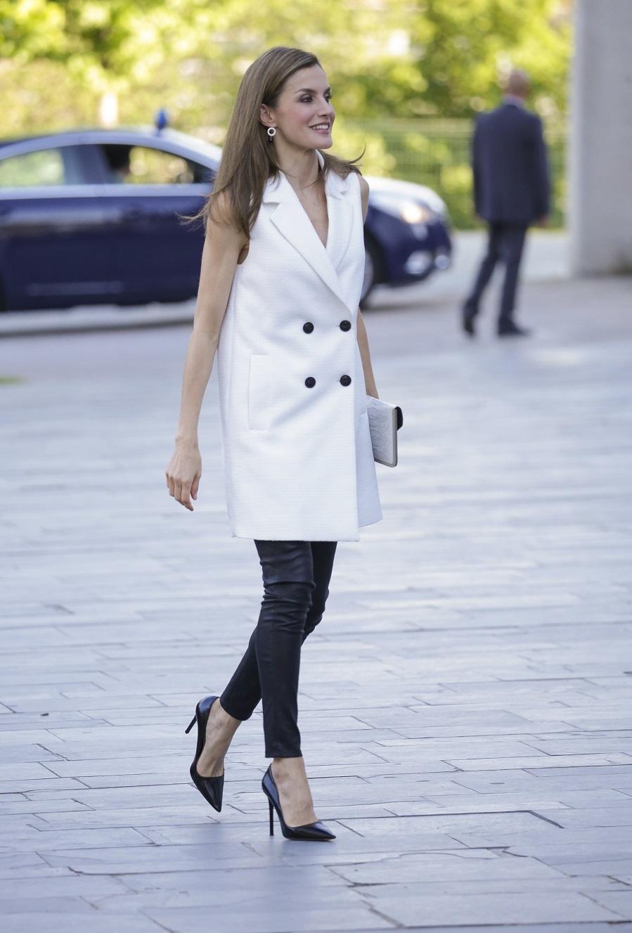 Chaleco blanco con estructura, corte recto, cuello con solapas de...