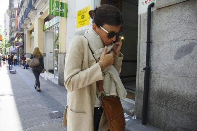 Anna Vidal intenta ocultarse a su llegada a la Audiencia Nacional.