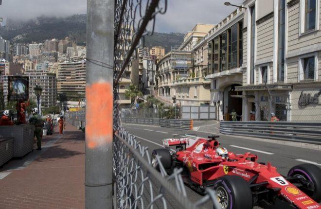 Vettel, en acción, durante la primera sesión de libres en Mónaco.