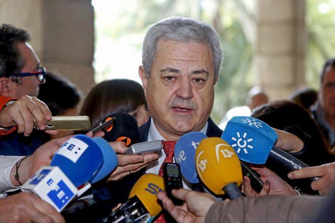 El ex consejero Francisco Vallejo, atendiendo a los periodistas.