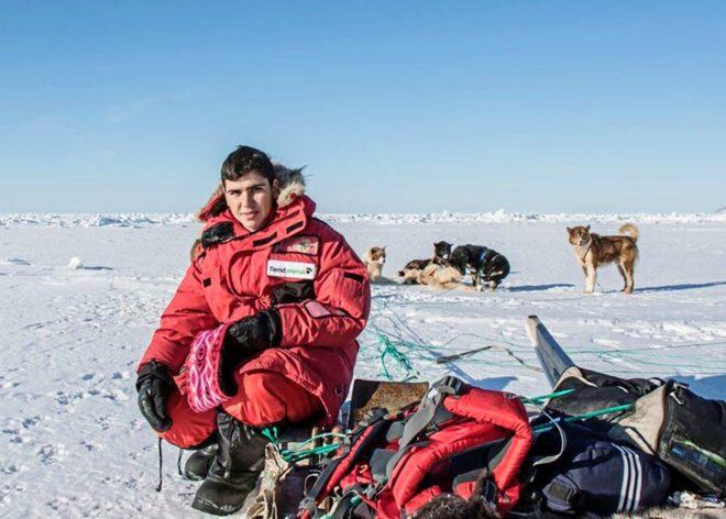 Manuel Calvo en Groenlandia acompañado de los perros que tiraban de...