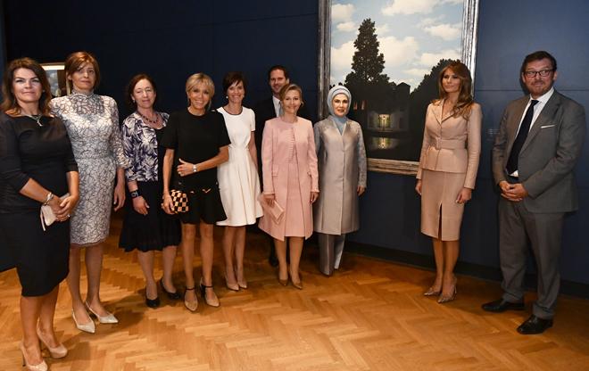 Las primeras damas, entre ellas Brigitte Macron (cuarta por la...
