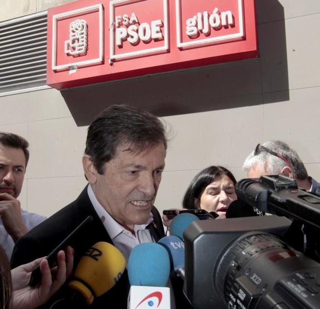 El presidente de la Comisión Gestora del PSOE, Javier Fernández, tras votar en las primarias en la sede socialista de Gijón.