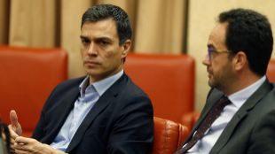Pedro Sánchez y Antonio Hernando en una imagen de archivo en el...