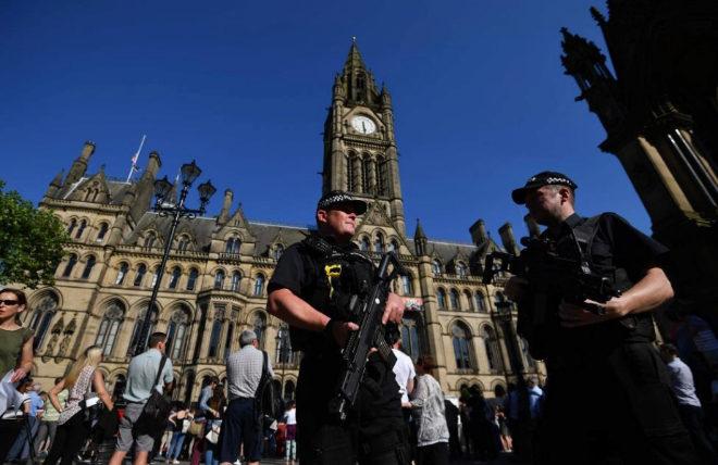 Policías fuertemente armados en el centro de Manchester.