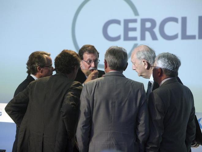 Rajoy habla con algunos de los empresarios asistentes a las jornadas...