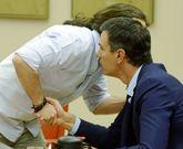 Pablo Iglesias saluda a Pedro Sánchez, en el Congreso.