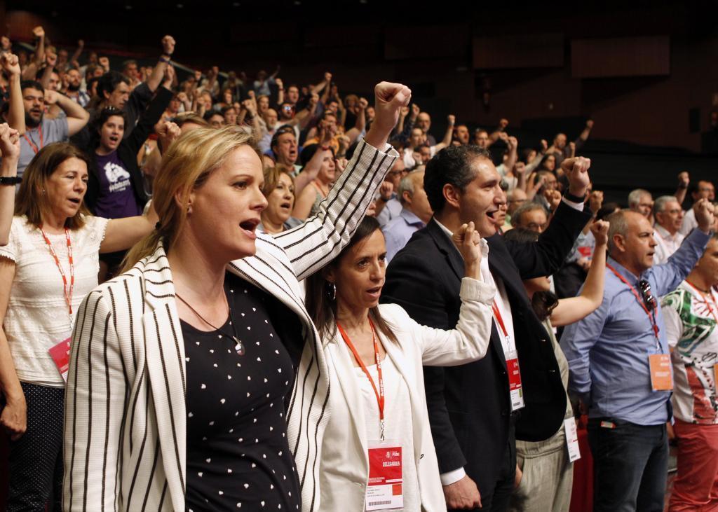 Zaida Cantera, Beatriz Corredor y otros militantes cantan 'La...