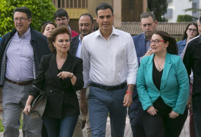 Pedro Sánchez, junto a Gómez de Celis, Carmen Calvo, Teba Roldán y José Antonio Rodríguez, entre otros.