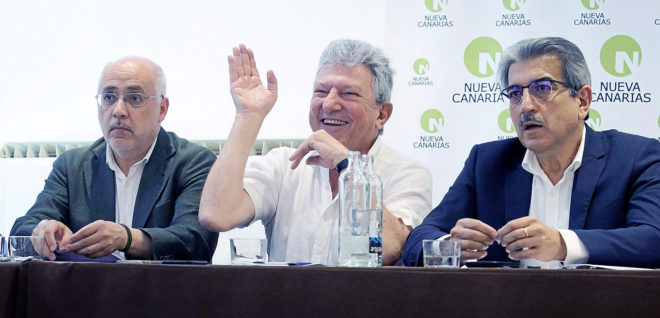 El diputado de Nueva Canarias Pedro Quevedo, en el centro de la...