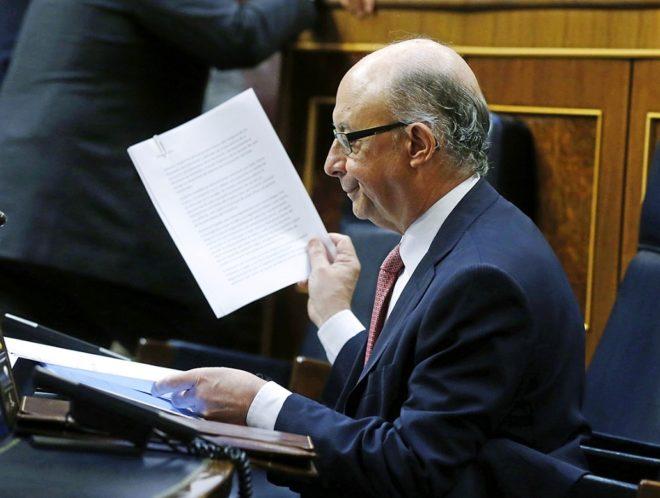 El ministro de Hacienda, Cristóbal Montoro, consulta documentos en el...