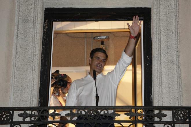 Pedro Sánchez celebra su victoria en las primarias, en el balcón de...
