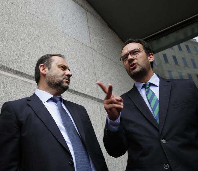 El nuevo portavoz del PSOE, José Luis Ábalos y el anterior, Antonio...