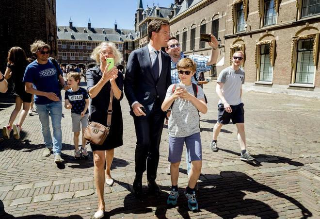El primer ministro en funciones Mark Rutte, posa para una fotografía con un turista en La Haya.