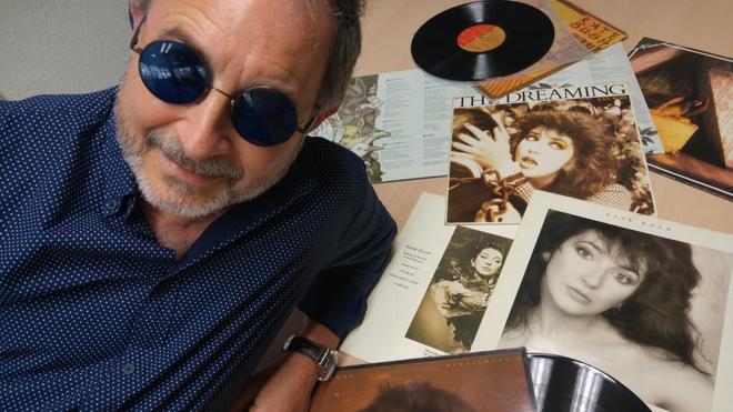 Juanjo Vicedo ante los primeros discos en vinilo de Kate Bush.