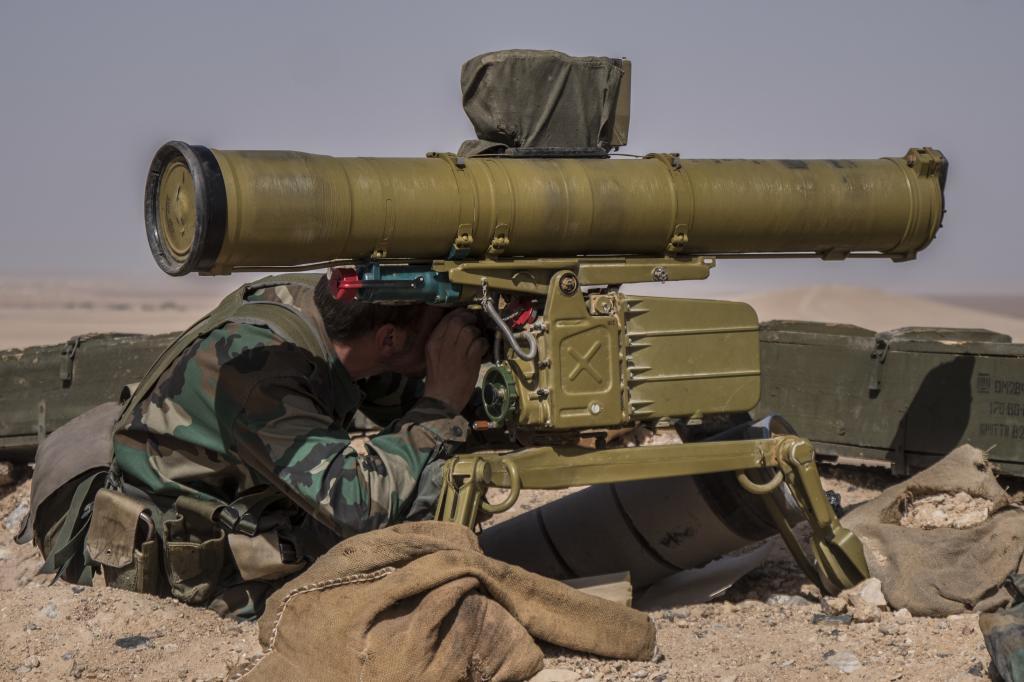 Un soldado sirio maneja un lanzacohetes contra el IS, a unos 25 kilómetros al noreste de Palmira.