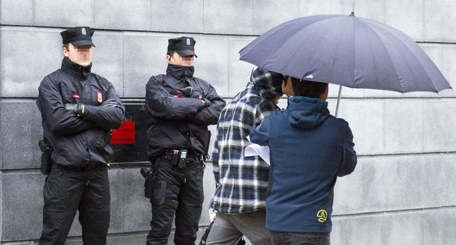 Uno de los nueve detenidos por la agresión a dos agentes de la...
