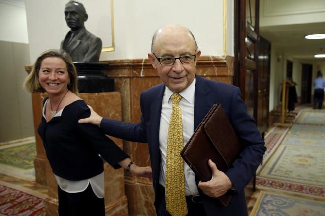 El ministro de Hacienda, Cristóbal Montoro y Ana Oramas, de...
