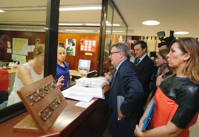 Rafael Hernando (4d), junto a los diputados Arturo García, Alicia...