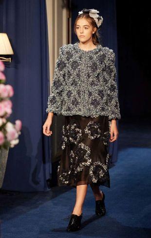 Sistine Stallone en el desfile Métiers d'Art de Chanel