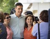 Pedro Sánchez, se fotografía, durante su visita a la Feria del Libro...