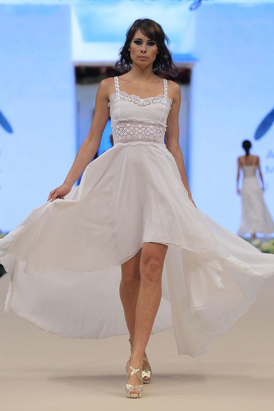 Vestido asimétrico de novia de Dira Moda Ibiza