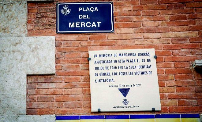 Placa col·locada en la Plaça del Mercat de València que recorda la figura de Margarida Borràs.