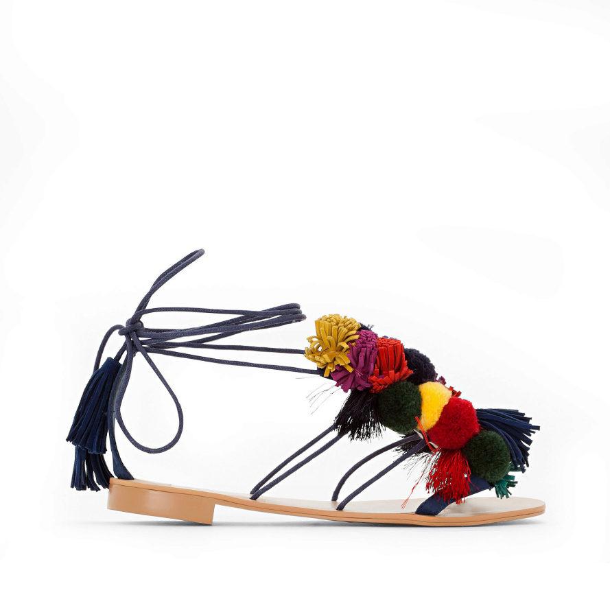 Sandalias con tiras finas y pompones de colores (39,95 euros)