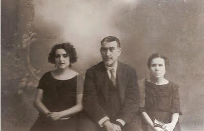 Arriba, el doctor Rico con su suegra y su cuñada al quedar viudo.
