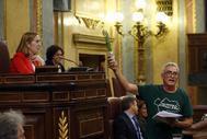 El diputado Diego Cañamero enseña un manojo de espárragos en un pleno del Congreso.
