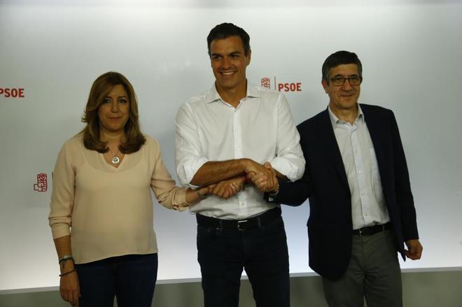 Los tres candidatos a las primarias del PSOE se estrechan la mano tras...