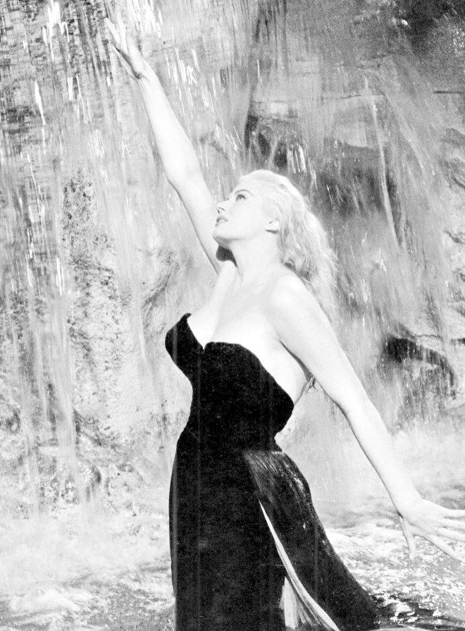 Anita Ekberg, durante su célebre baño de la película  'La Dolce Vita'.