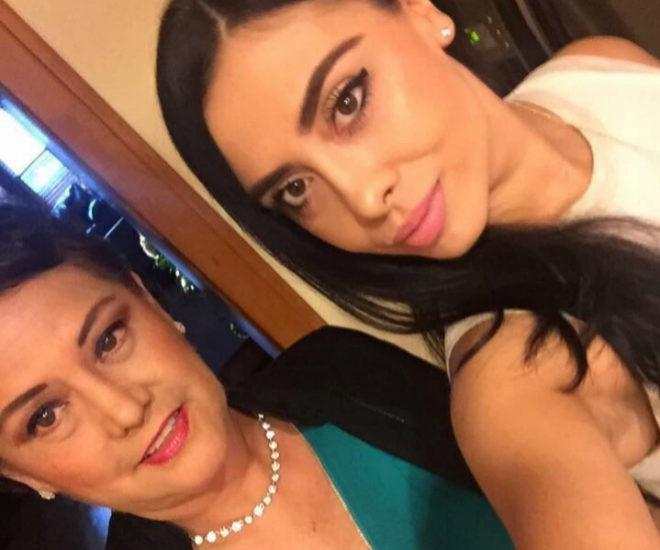 Adela Montes de Oca en una imagen junto a su madre.