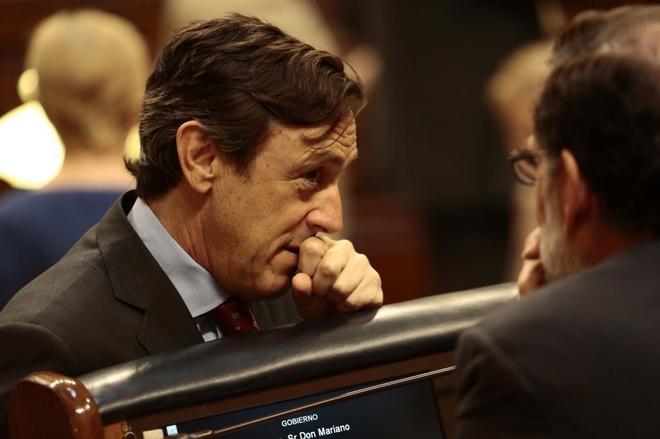 El portavoz del PP en el Congreso, Rafael Hernando, charla con Mariano...