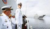 Felipe VI, junto a su padre Juan Carlos I, ayer en Pontevedra, durante...