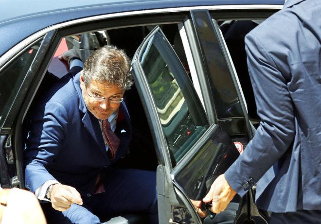 El ministro de Justicia, Rafael Catalá, sale de su vehículo, ayer,...