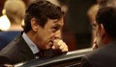 Rafael Hernando charla con Mariano Rajoy durante el debate de los...